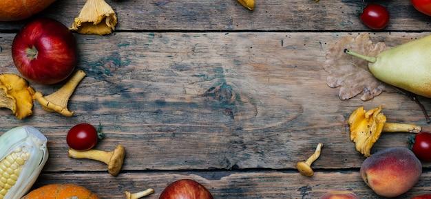 Gemüse und obst der herbstsaison: kürbis, birne, äpfel, mais, pfifferlinge Premium Fotos