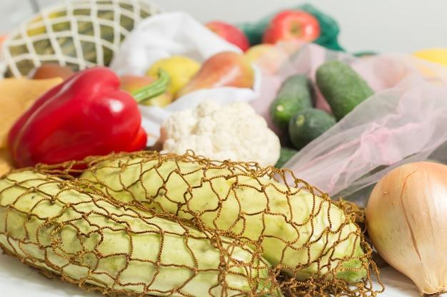 Gemüse und obst in öko-beuteln. Premium Fotos