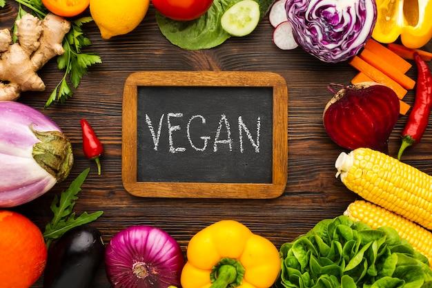 Gemüseanordnung mit veganer beschriftung auf tafel Kostenlose Fotos