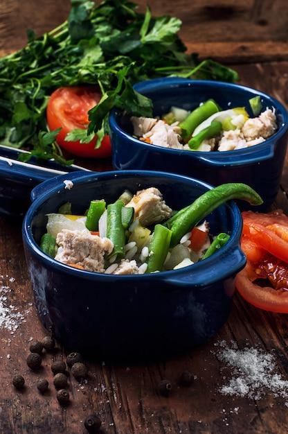 Gemüseeintopf gekocht in einem keramiktopf Premium Fotos