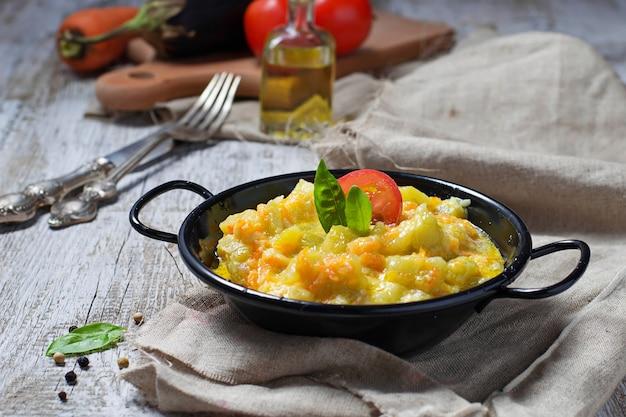 Gemüseragout mit zucchini, karotte, kartoffel Premium Fotos