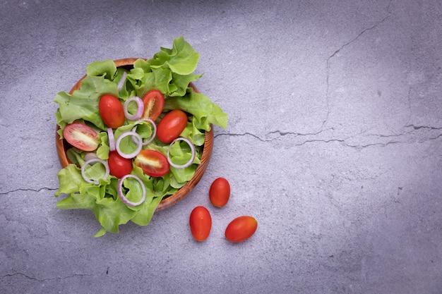 Gemüsesalat in hölzernem auf dem tisch am küchenraum. Kostenlose Fotos