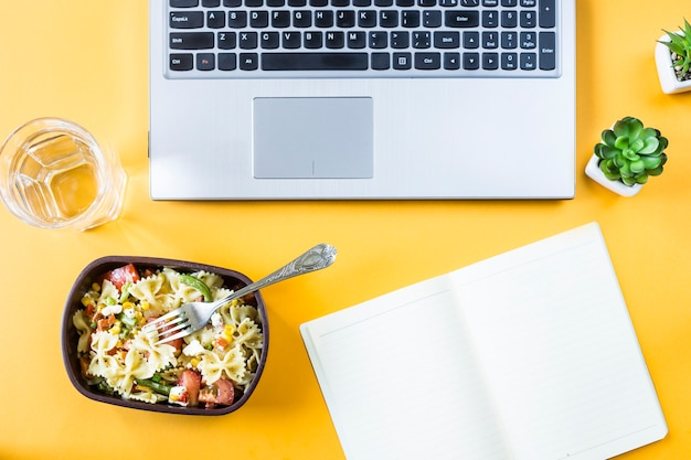 Gemüsesalat mit makkaroni-schüsseln mit käse in einem behälter zum mittagessen Premium Fotos