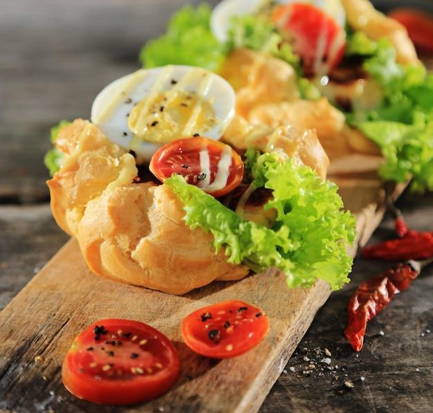 Gemüsesandwich mit gekochtem ei, gemüse und mayonnaisesoße Premium Fotos