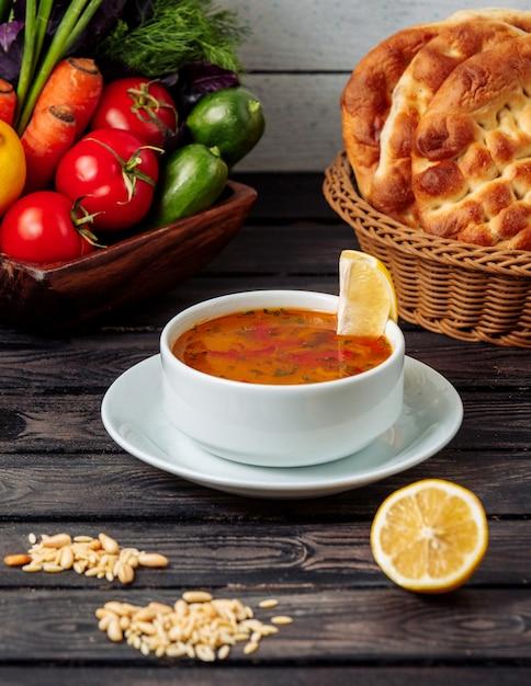 Gemüsesuppe auf dem tisch Kostenlose Fotos