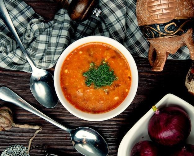 Gemüsesuppe auf hühnerbrühe mit kräutern bestreut Kostenlose Fotos