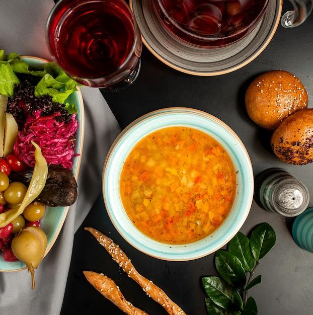 Gemüsesuppe mit eingelegten auberginen Kostenlose Fotos
