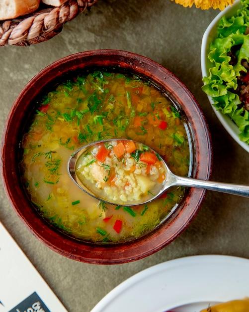 Gemüsesuppe mit kräutern serviert Kostenlose Fotos