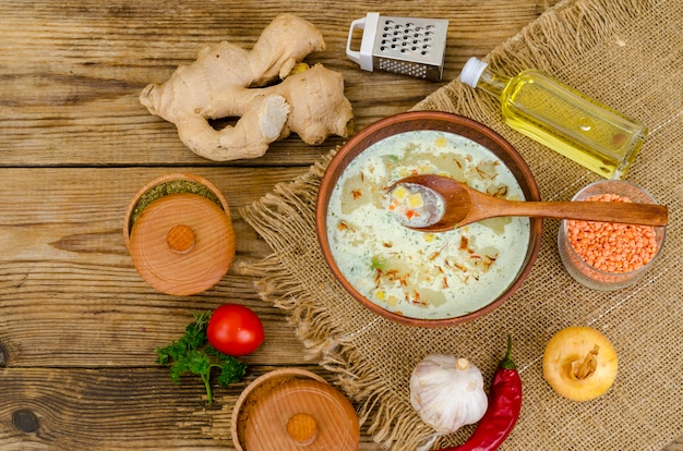Gemüsesuppe mit linsen in der lehmschüssel auf tabelle Premium Fotos