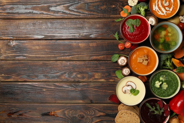 Gemüsesuppen und zutaten auf holz, platz für text Premium Fotos