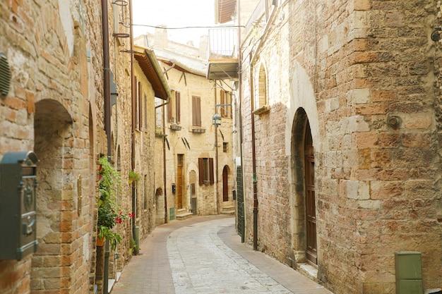 Gemütliche alte italienische straße im herzen von italien. Premium Fotos