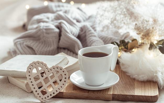 Gemütliche komposition mit einer tasse kaffee auf einer untertasse und details zur wohnkultur. Kostenlose Fotos