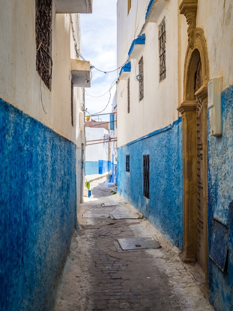 Gemütliche straßen in blau und weiß an einem sonnigen tag in der altstadt kasbah der udayas Kostenlose Fotos
