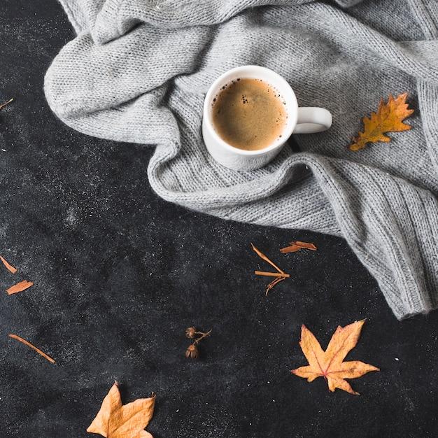 Gemütliche strickjacke und kaffeetasse mit kopienraum Kostenlose Fotos