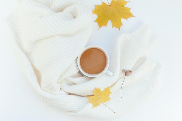 Gemütlicher weißer warmer pullover und kaffeetasse-herbststimmung Premium Fotos