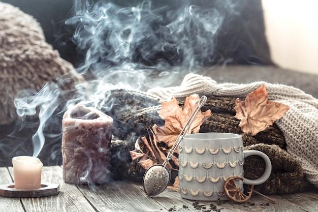 Gemütliches frühstück am herbstmorgen im bett stillleben szene. dämpfende tasse heißen kaffees, tee, der nahe fenster steht. Kostenlose Fotos