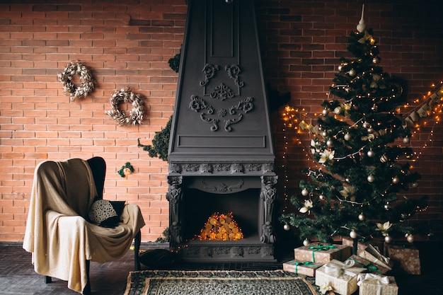 Gemütliches wohnzimmer mit kamin und weihnachtsbaum Kostenlose Fotos