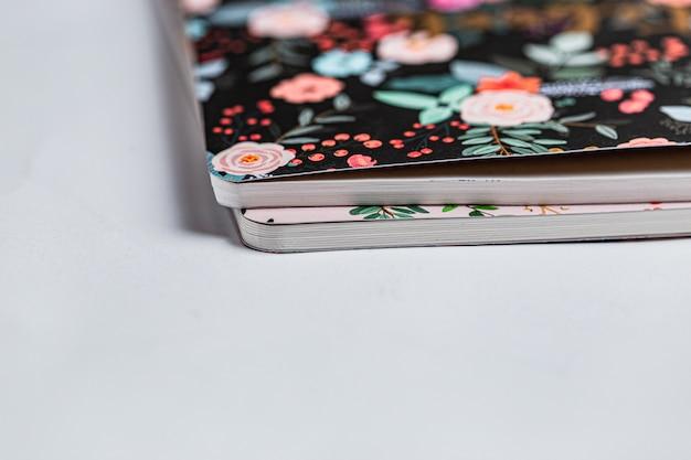Gemusterte notizbücher auf weißem hintergrund Premium Fotos