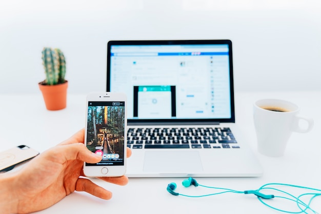 Genießen Instagram und Facebook zur gleichen Zeit Kostenlose Fotos