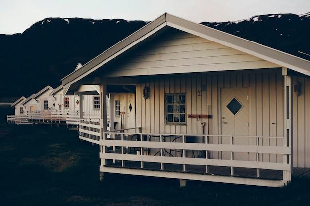 Genießen sie die mitternachtssonne auf der veranda eines norwegischen holzbungalows Premium Fotos
