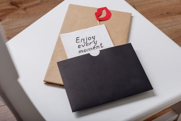 Genießen sie jeden moment handschriftliche inschrift auf einer serviette Premium Fotos