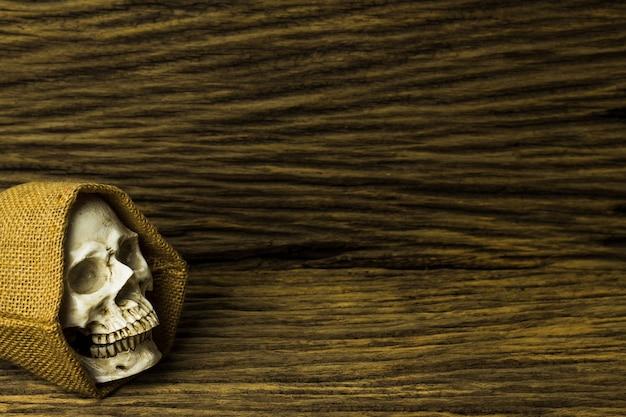 Genozide, schädel auf hölzernem hintergrund Premium Fotos