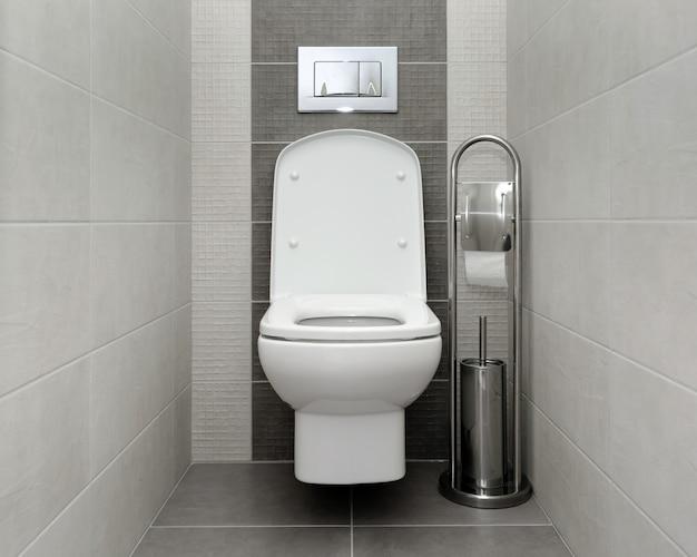 Geöffnete weiße toilettenschüssel im modernen badezimmer Premium Fotos