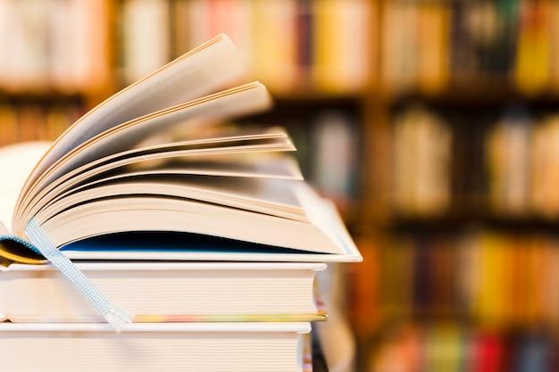 Geöffnetes buch in der bibliothek Kostenlose Fotos