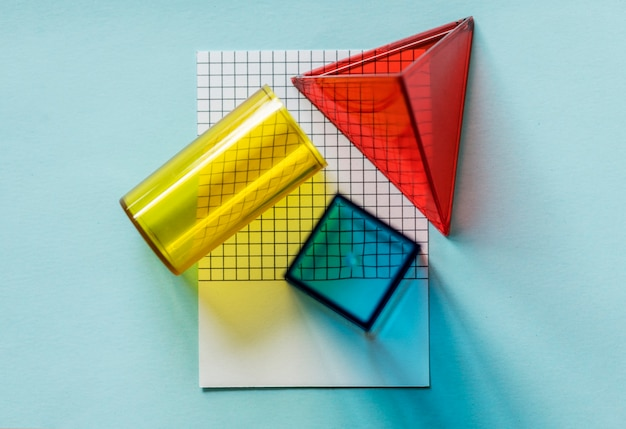 Geometrische würfel auf papier Kostenlose Fotos