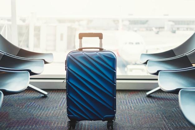 Gepäck am flughafenabfertigungsgebäude-reisekonzept Premium Fotos