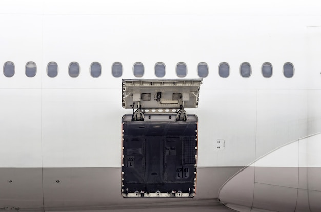 Gepäckraum und frachtbereich im flugzeug öffnen sich bei inspektion. Premium Fotos
