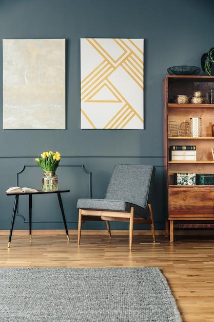 Gepolsterter stuhl und bücherregal aus holz Premium Fotos