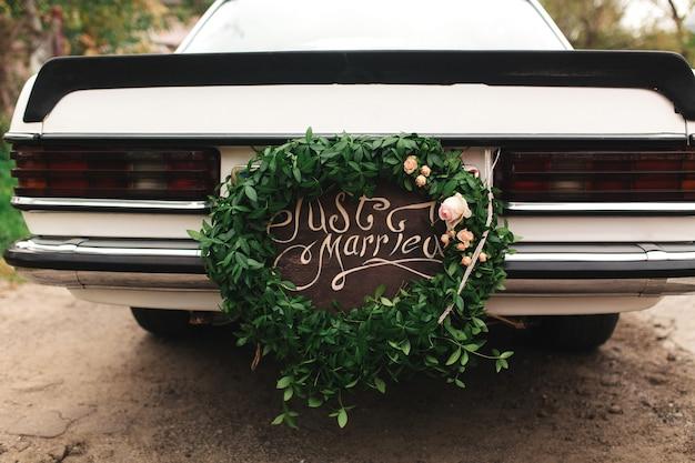 Gerade verheiratetes auto. schönes hochzeitsauto mit platte gerade verheiratet Premium Fotos