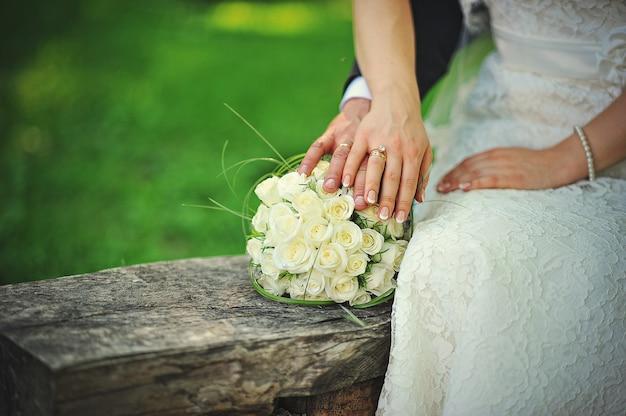 Gerade verheiratetes paar, das in liebe geht Premium Fotos