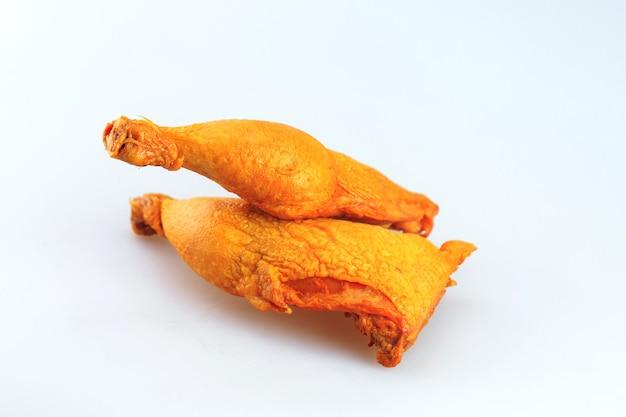 Geräucherte hühnerbeine auf einem weißen hintergrund Premium Fotos