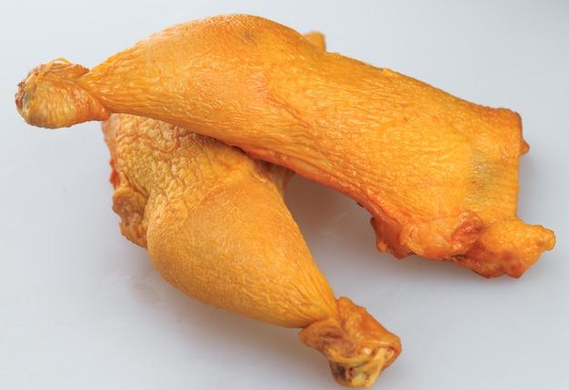 Geräucherte hühnerbeine auf weiß Premium Fotos