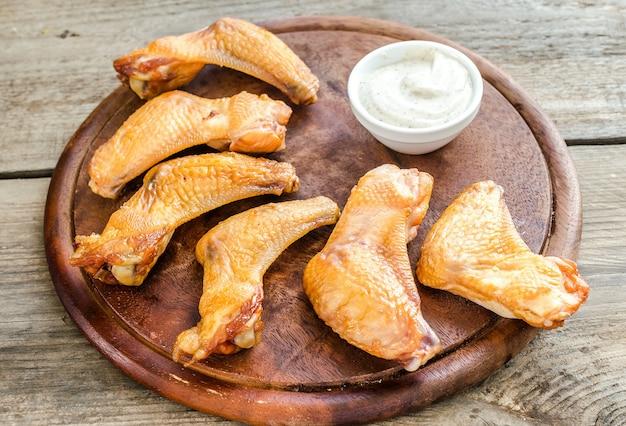 Geräucherte hühnerflügel mit würziger sauce Premium Fotos