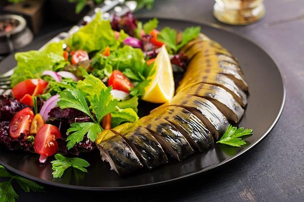 Geräucherte makrele und frischer salat Kostenlose Fotos