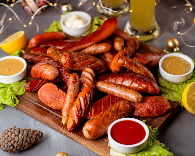 Geräucherte würstchen mit ketchup, senf, mayonnaise und zitrone Kostenlose Fotos