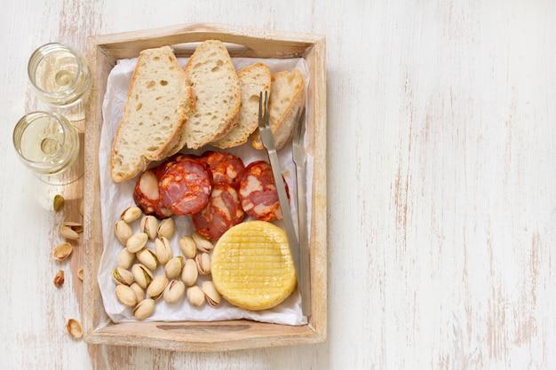 Geräucherte wurst mit käse und brot Premium Fotos