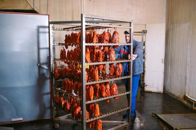 Geräucherter schinken im ofen, wurstproduktion in der fabrik. Premium Fotos