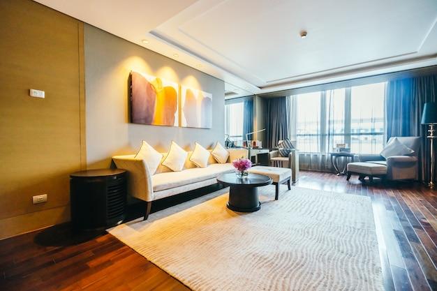 Geräumige halle mit einer großen couch Kostenlose Fotos