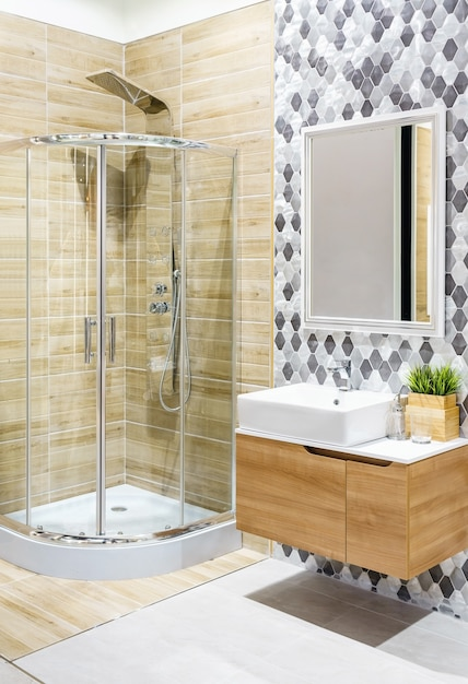 Geräumiges und helles modernes badezimmer mit weißen wänden Premium Fotos