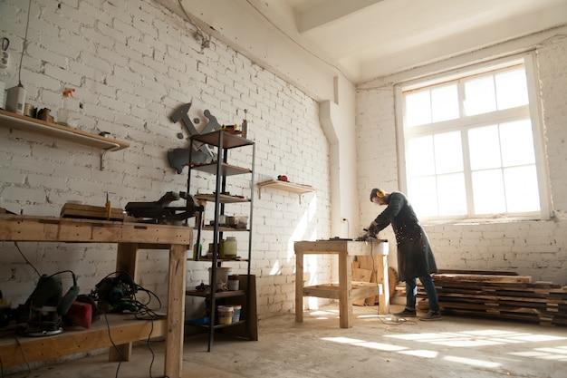 Geräumige Werkstatt Innenraum mit Handwerker arbeiten mit Elektrowerkzeugen Ausrüstung Kostenlose Fotos