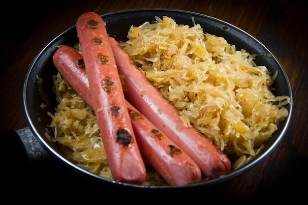 Gericht mit gerösteten würstchen und sauerkraft Premium Fotos