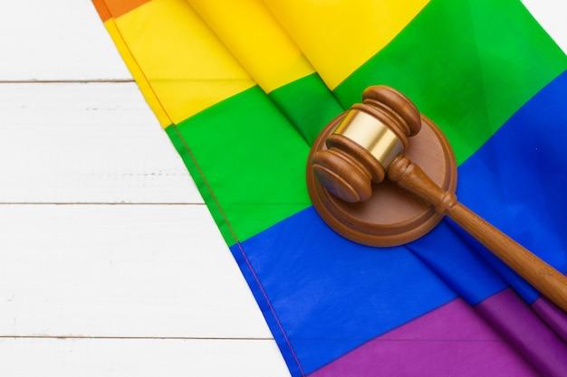Gerichtshammer und regenbogenfahne. homosexuell rechte konzept Premium Fotos