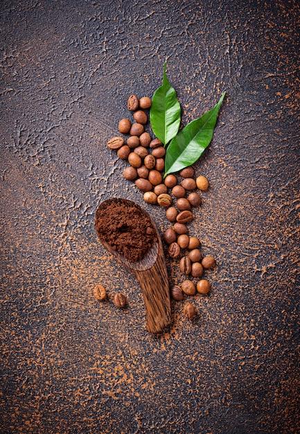 Geröstete bohnen und gemahlener kaffee Premium Fotos