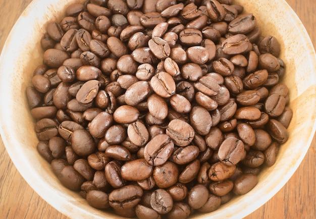 Geröstete kaffeebohne in der schüssel Premium Fotos