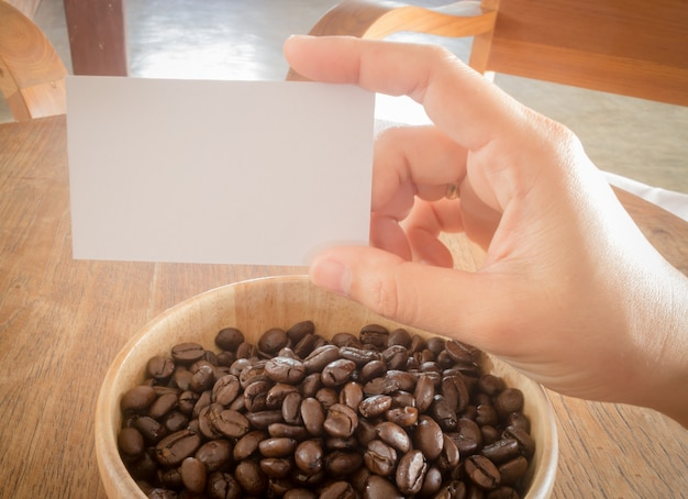 Geröstete kaffeebohne und visitenkarte Premium Fotos