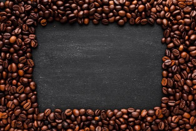 Geröstete kaffeebohnen mit modell Kostenlose Fotos